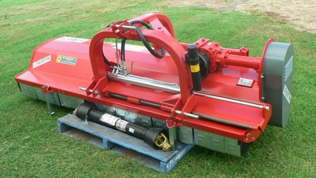 A robust mulcher with hydraulic side shift deck, 2400mm - 3000mm wide. Fit with hammers or Y-blades for green prunings up to 80mm.